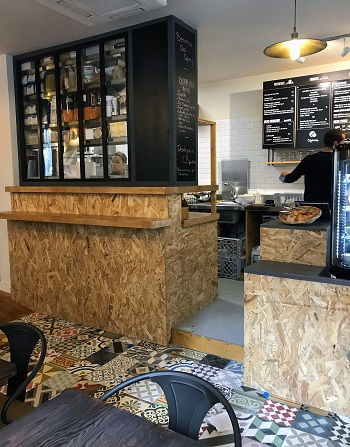 Interieur-cafe-decoration-bois-OSB
